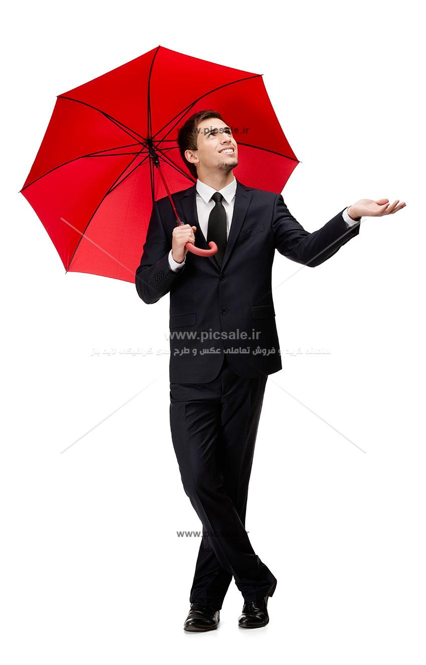 00213 - مرد با چتر قرمز