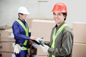 00394 300x200 - کارگران انبار / انبارداری / بارکش / انبارگردانی با کلاه ایمنی و جعبه های محصول