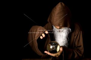 00513 300x200 - مرد جادوگر با ریش سفید و گوی جادوگری