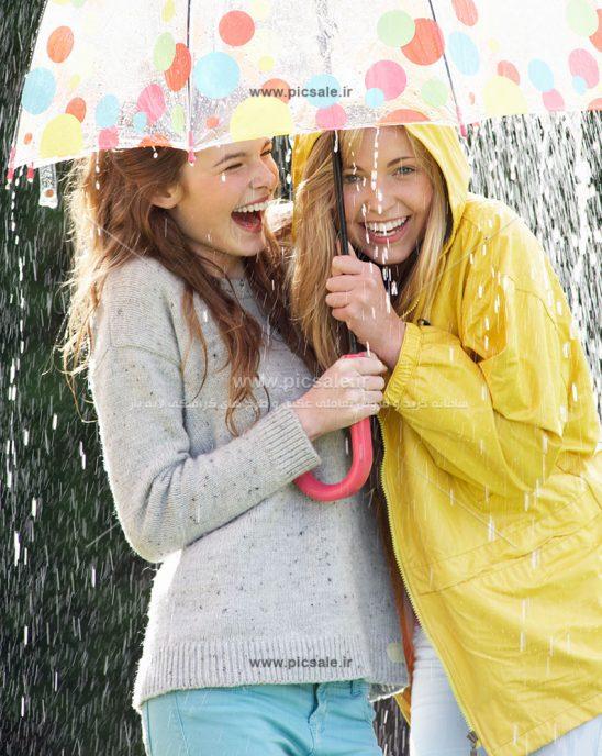 00199 548x688 - دو دختر با چتر و باران