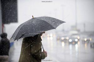 00202 300x200 - مرد با چتر مشکی / سیاه و باران