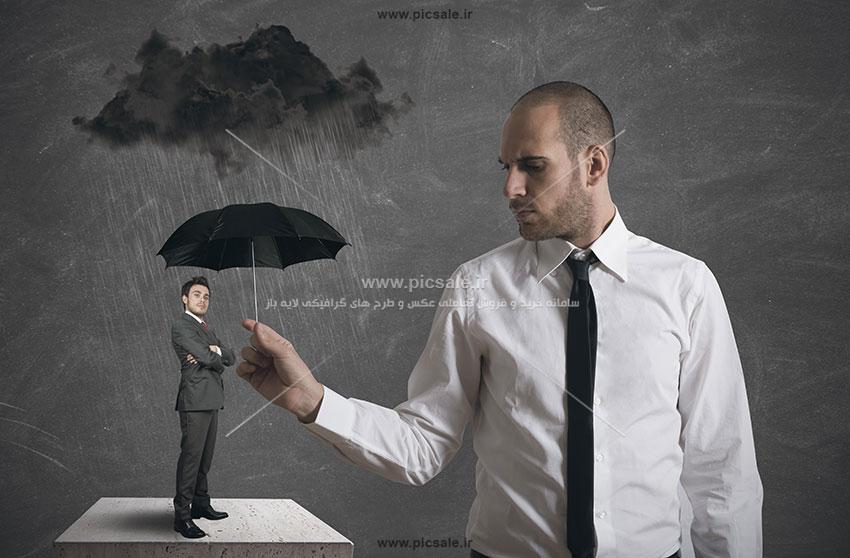 00209 - مرد و چتر مشکی / سیاه