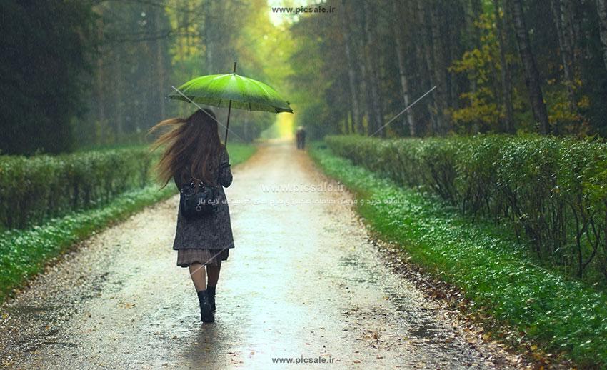 00234 - دختر با چتر سبز در هوای بارانی