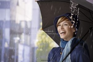00236 300x200 - دختر / خانم شاد با چتر مشکی / سیاه در باران