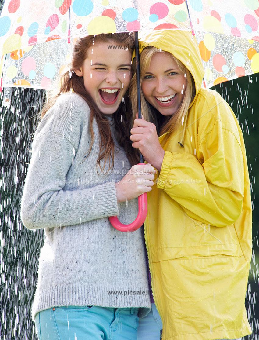 00237 - دو دختر شاد با چتر رنگی در باران