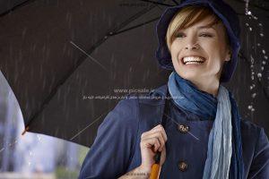 00239 300x200 - دختر / خانم شاد با چتر مشکی / سیاه در باران