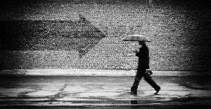 00249 300x156 - مرد با چتر مشکی یا سیاه در هوای بارانی