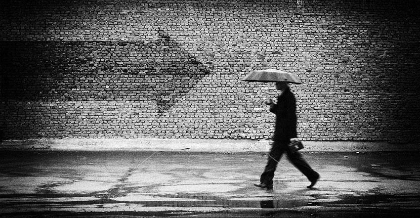00249 - مرد با چتر مشکی یا سیاه در هوای بارانی