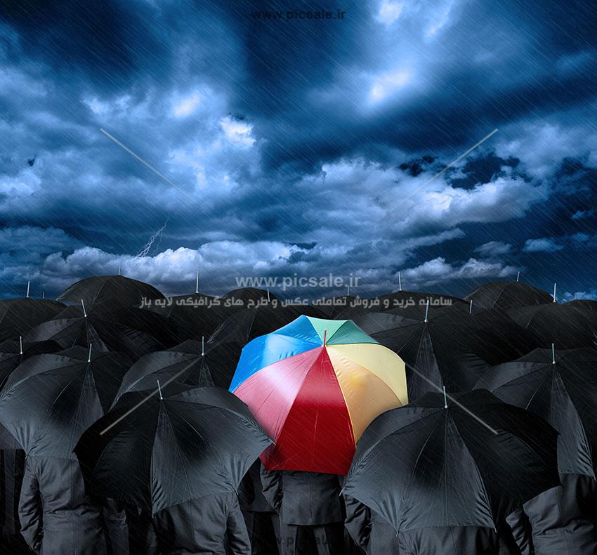 00251 - مردها با چترهای مشکی / سیاه و رنگی در هوای بارانی