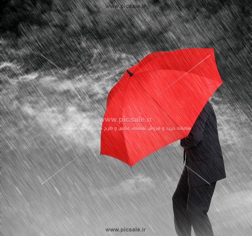 00255 - مرد یا آقای کت و شلواری با چتر قرمز در هوای بارانی