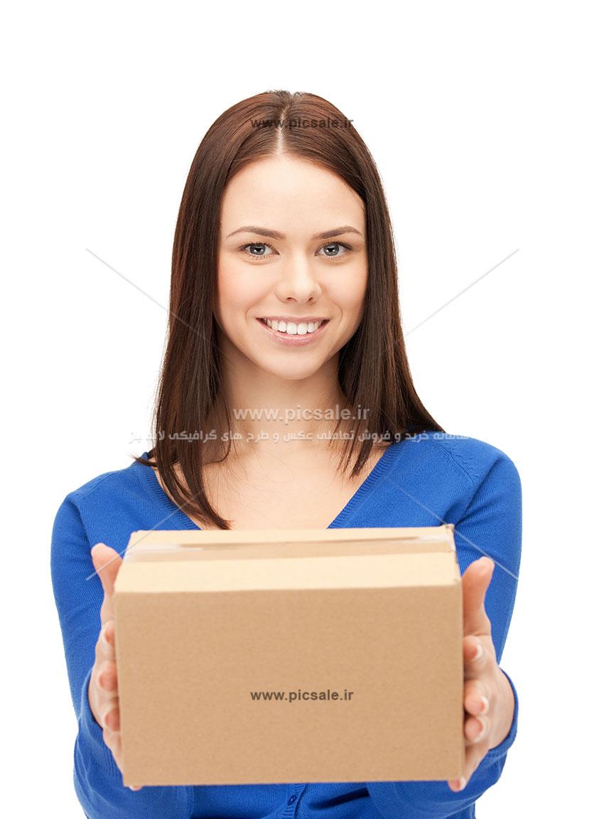 00385 - زن زیبای انباردار و کارگر با بسته پستی