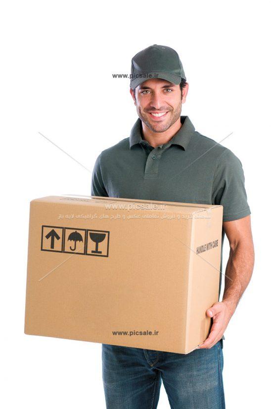 00387 548x825 - مرد انباردار یا کارگر انبار کارتن بدست با لبخند رضایت