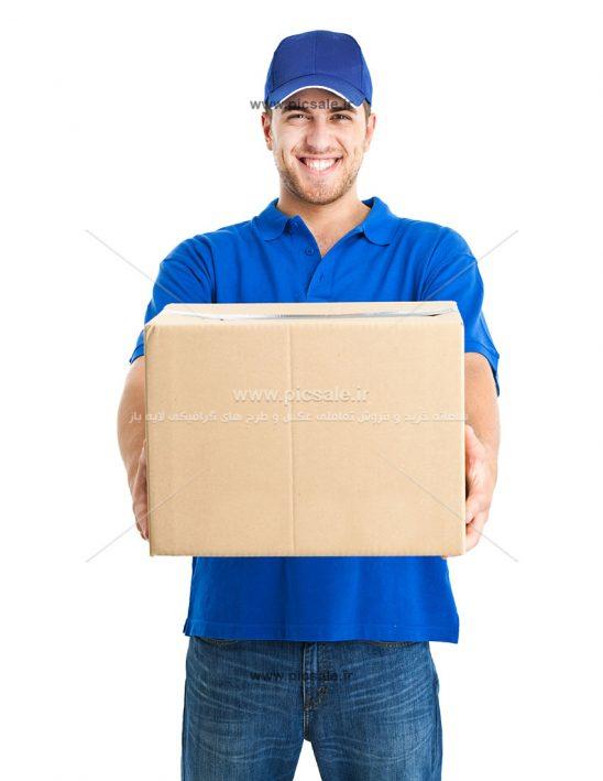 00494 548x709 - مرد کارگر انباردار با جعبه یا کارتن پستی
