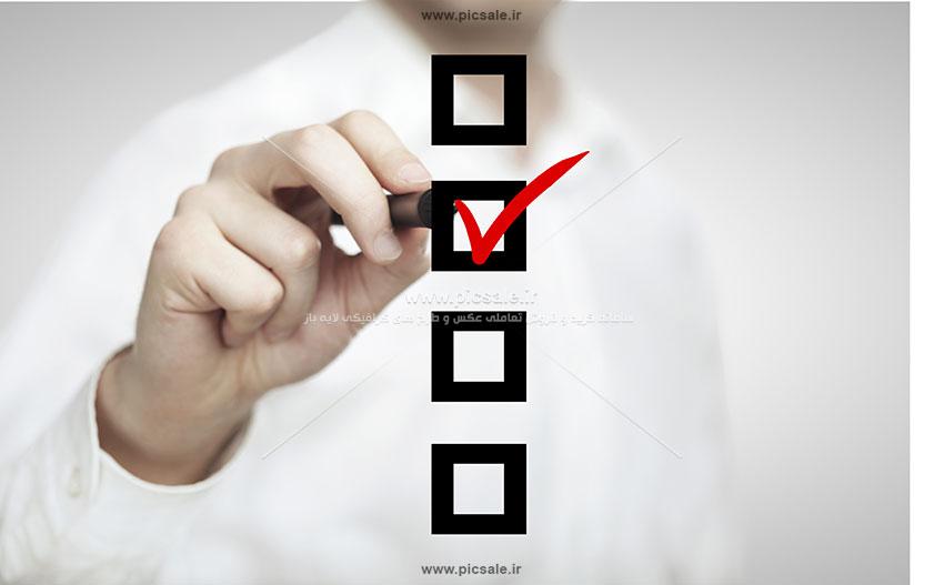 00529 - مرد تاجر و انجام چک لیست و تیک زدن با تیک زدن گزینه ها