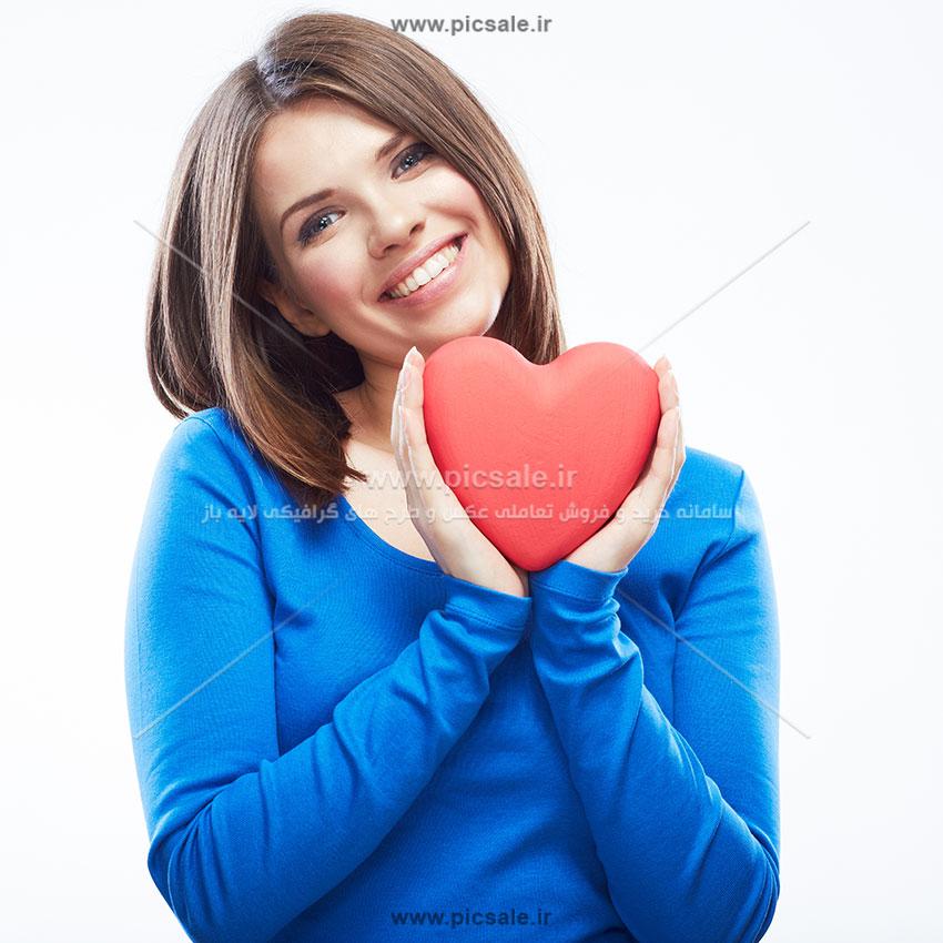 0010106 - قلب قرمز در دست زن زیبا