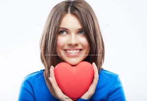 0010107 300x205 - قلب قرمز در دست زن زیبا