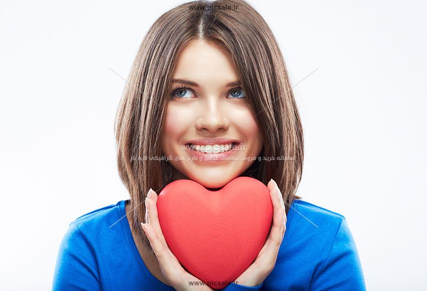 0010107 - قلب قرمز در دست زن زیبا