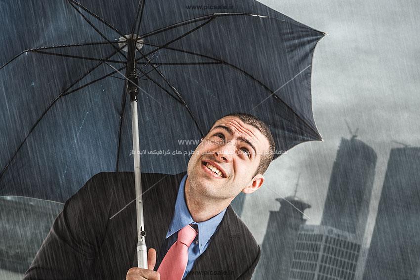 00219 - مرد با چتر مشکی یا سیاه و هوای بارانی