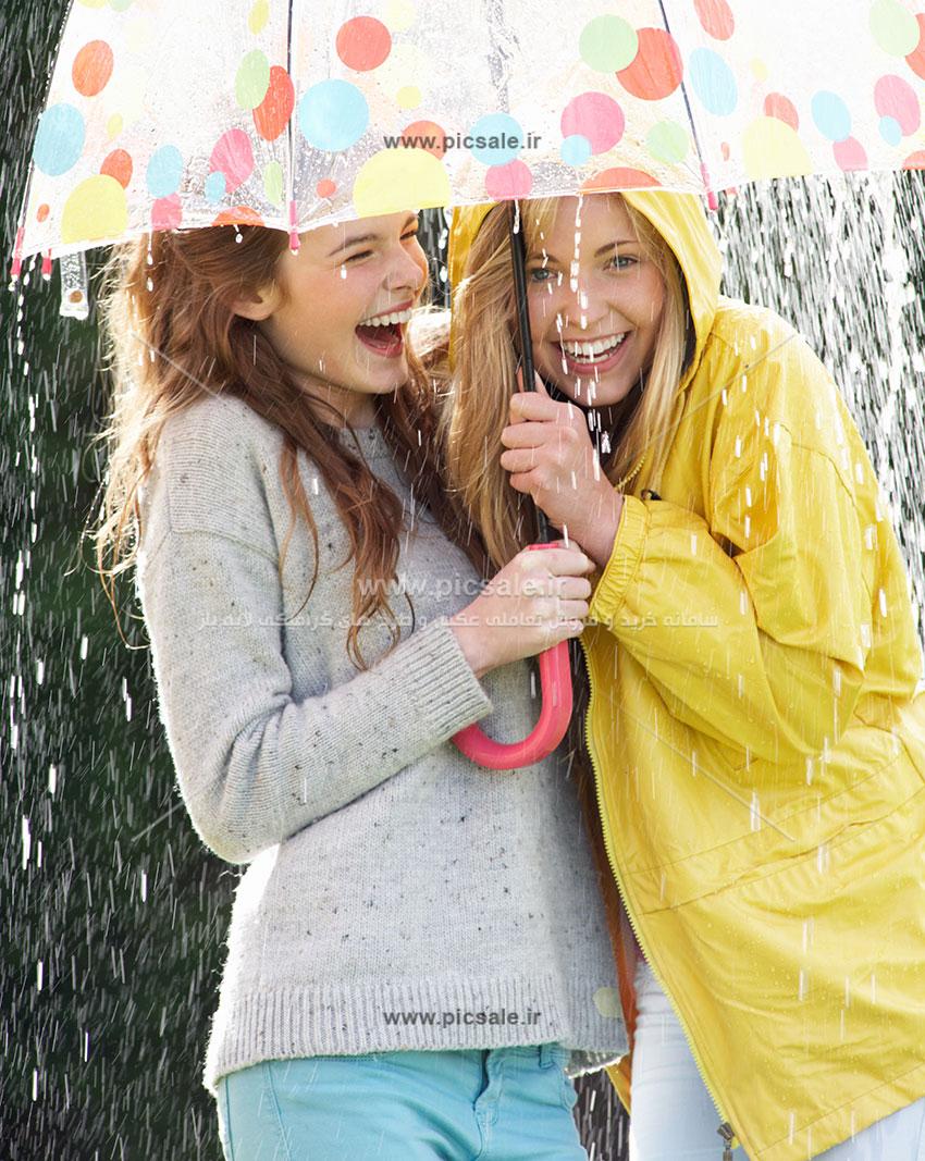 00199 - دو دختر با چتر و باران