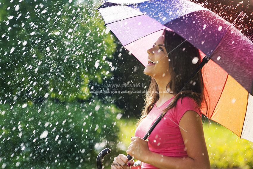 00200 - دختری با چتر رنگی و باران
