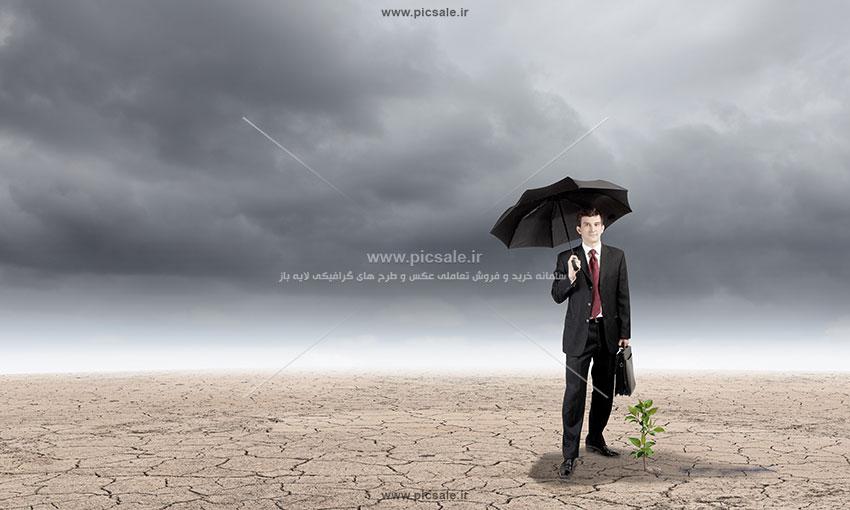 00221 - مرد یا آقای کت و شلواری با چتر مشکی یا سیاه