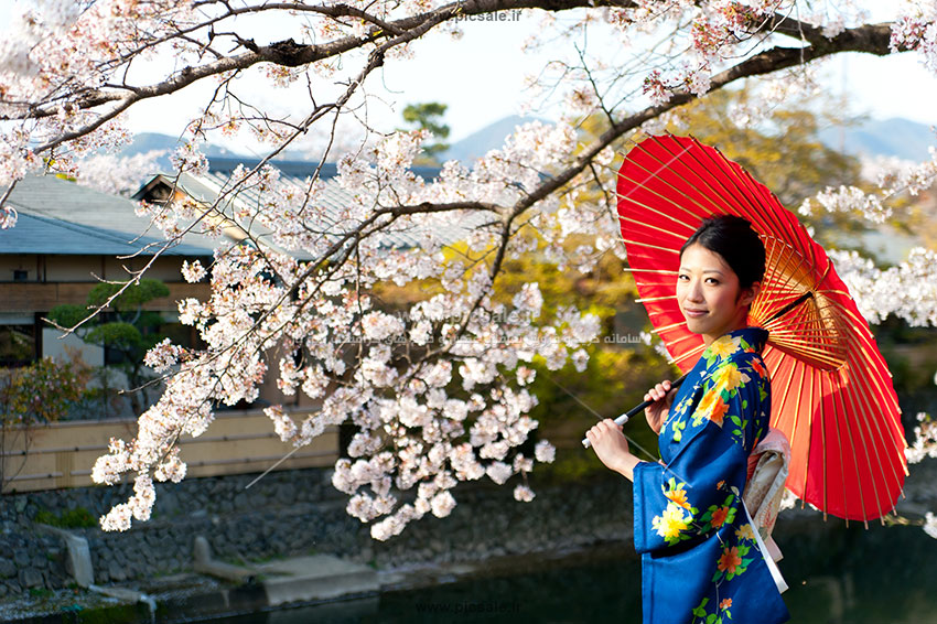 00230 - خانم / زن با چتر قرمز و گلهای بهاری