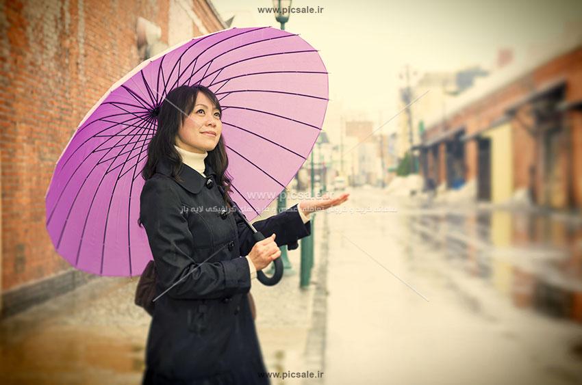 00240 - دختر / خانم شاد با چتر بنفش در باران