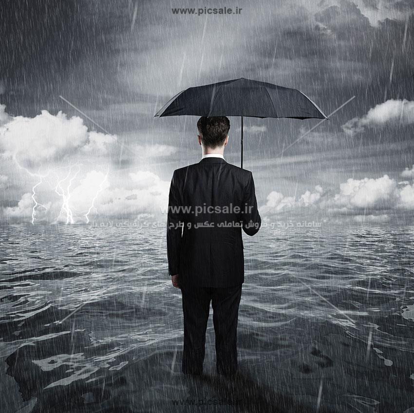 00247 - مرد با چتر مشکی یا سیاه در هوای بارانی