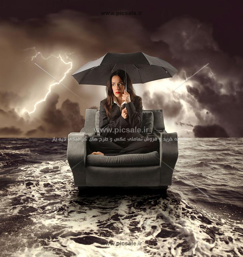 00250 - خانم یا زن با چتر مشکی / سیاه در هوای ابری