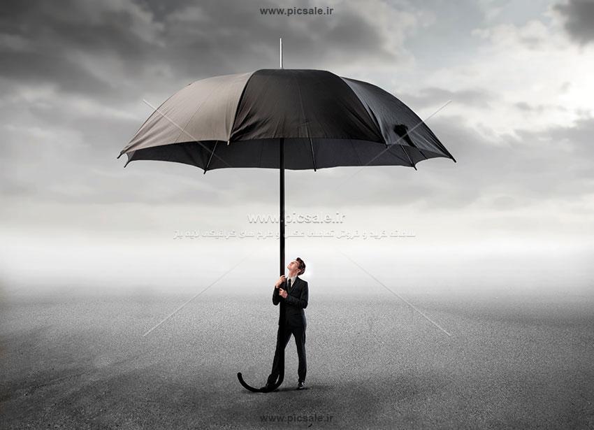 00252 - مرد کت و شلواری با چتر مشکی / سیاه بزرگ