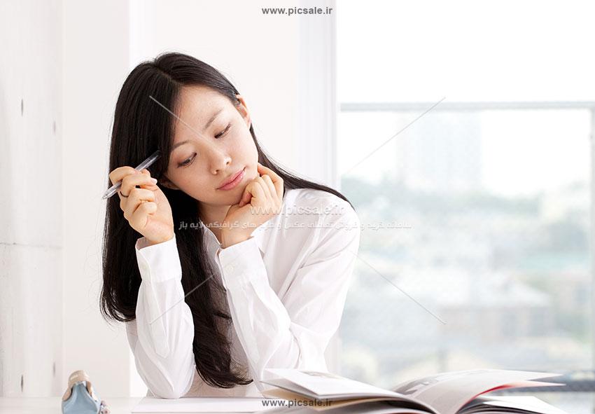 00356 - دختر متفکر دانشجو