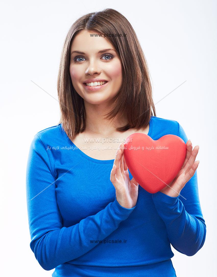 0010105 - قلب قرمز در دست زن زیبا