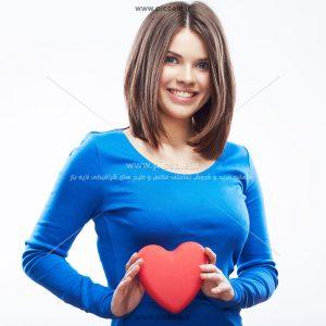 0010108 300x300 - قلب قرمز در دست زن زیبا