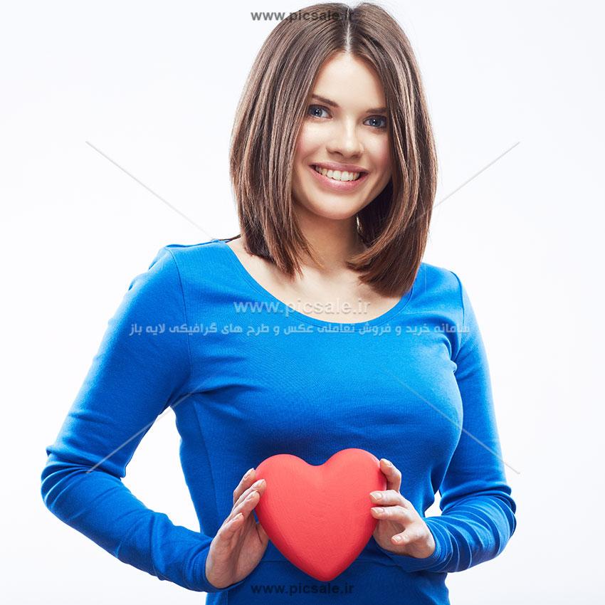 0010108 - قلب قرمز در دست زن زیبا